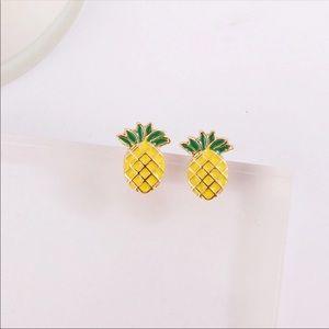 Tiny yellow gold pineapple earrings Nwt